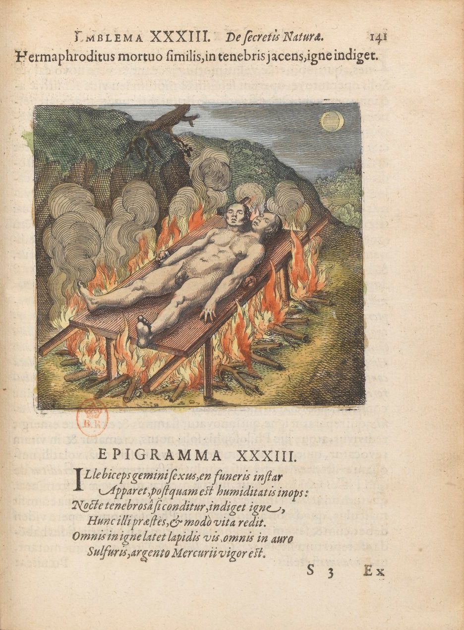 The second page of emblem 33 from Atalanta fugiens shows a motto and epigram in Latin and an image. In the image, a nude hermaphrodite is lying on a table over a fire with smoke during an eclipse.